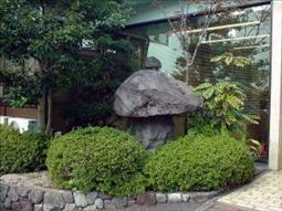玄関前(先代から引き継いだ石灯籠)